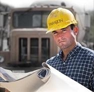 Инженер на фоне грузовика